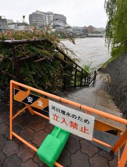 大雨で増水し、立ち入り禁止になった鴨川=京都市の三条大橋付近で2018年7月5日午後1時6分、川平愛撮影