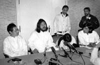 平成元年11月30日の記者会見で、教団創設当時から麻原代表(中央)の傍らで闇の部分を支えてきた早川紀代秀(左端)、新実智光ら「陰の実行部隊」の顔が見える