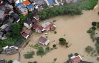 紙屋川から水が流れ込んだ住宅=京都市北区で2018年7月6日午後3時43分、本社ヘリから幾島健太郎撮影