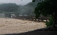 日吉ダムの放流により、水位が上がった桂川に架かる渡月橋=京都市右京区で2018年7月6日午後4時16分、国本ようこ撮影
