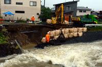 市内を流れる苔川の護岸が崩れ、道路が崩壊し上下水道管も破損した現場=岐阜県高山市西之一色町3で2018年7月6日午後2時51分、大竹禎之撮影