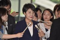 報道陣に囲まれながら首相官邸に入る上川陽子法相=2018年7月6日午前8時47分、渡部直樹撮影