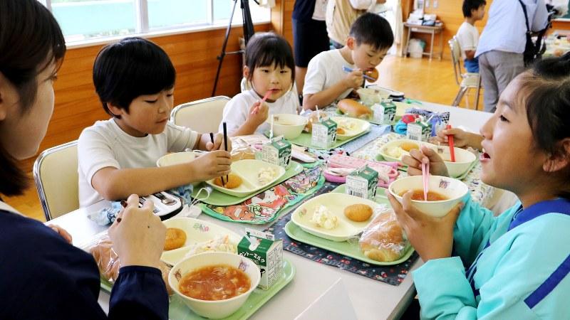 サッカーW杯に合わせ、ロシア料理の給食を味わう児童たち=茨城県鹿嶋市の小学校で2018年6月14日