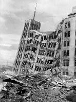 福井地震では7階建ての百貨店も傾いた=1948年6月撮影