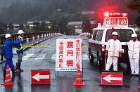 大雨で桂川が増水し、渡月橋は通行禁止になった=京都市右京区で2018年7月5日午後7時、川平愛撮影