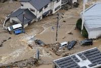 濁流に飲まれた市街地=広島市安芸区で2018年7月7日午前10時1分、本社ヘリから上入来尚撮影