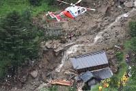 土石流が民家を襲い、住民1人が救助された現場=山口県岩国市周東町で2018年7月7日午前9時26分、本社ヘリから上入来尚撮影