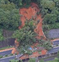 九州自動車道を山崩れの土砂が覆った現場=北九州市小倉南区で2018年7月7日午前8時半、本社ヘリから上入来尚撮影