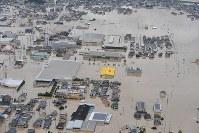 小田川が決壊し、洪水になった町=岡山県倉敷市真備町で2018年7月7日午後0時6分、本社ヘリから加古信志撮影
