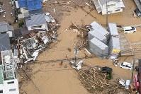 濁流に襲われた市街地広島市安佐北区で2018年7月7日午前10時27分、本社ヘリから上入来尚撮影
