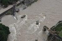 増水で崩落し、流されたJR芸備線の鉄橋=広島市安佐北区で2018年7月7日午後5時25分、本社ヘリから上入来尚撮影