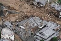 土砂に巻き込まれた民家=広島県呉市阿賀町で2018年7月7日午後4時55分、本社ヘリから上入来尚撮影