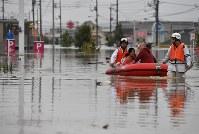 水浸しになった町で、救助される住民ら=岡山県倉敷市真備町で2018年7月7日午後5時46分、望月亮一撮影
