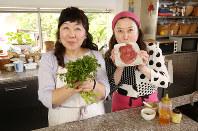 西原理恵子さん(右)ダイエット応援企画。今回の料理は「ステーキ&クレソンのサラダ」です=小川昌宏撮影