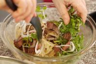 塩、酢、オリーブ油、砂糖または蜂蜜をボウルに混ぜ、熱いうちにレンコンを入れて混ぜ、冷めてから肉とクレソン、タマネギを加えてあえる=小川昌宏撮影