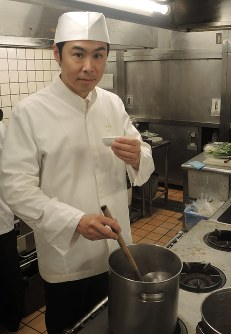 Yoji Satake works as the executive chef at the 300-year-old washoku restaurant Minokichi in Kyoto Prefecture, on June 13, 2018. (Mainichi)