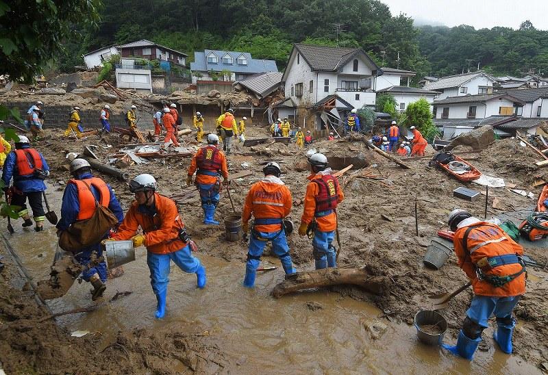 豪雨:広島「木が倒れバキバキと」 土砂崩れで火災も - 毎日新聞