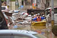 ボートで取り残されていた自宅から救出される男性=広島県坂町で2018年7月8日午後2時26分、藤井達也撮影