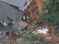 北九州市門司区で続く自衛隊員らの捜索活動=北九州市門司区で2018年7月8日午後1時36分、本社ヘリから