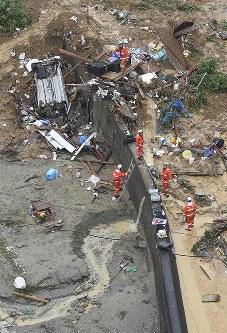 土砂崩れ現場で続く消防隊員らの捜索活動=愛媛県宇和島市吉田町白浦で2018年7月8日午後0時23分、本社ヘリから