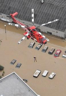 多くの人が取り残されたまび記念病院では消防ヘリでの救出作業が続けられた=岡山県倉敷市真備町地区で2018年7月8日午前10時17分、本社ヘリから加古信志撮影