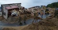 土砂崩れで多数の死者や行方不明者が生じている現場で続く捜索活動=広島県熊野町で2018年7月8日午後5時33分、手塚耕一郎撮影