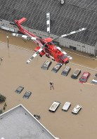 A helicopter continues rescue work at Mabi Memorial Hospital, where many people remained in the wake of flooding caused by heavy rain in Kurashiki, Okayama Prefecture, on July 8, 2018. (Mainichi)