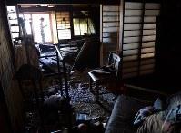 水が引き、自宅に戻って状況を確認する女性=岡山県倉敷市真備町地区で2018年7月9日午前8時31分、望月亮一撮影