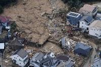 安否不明者の捜索にあたる救助隊員ら=広島県熊野町で2018年7月9日午前10時25分、本社ヘリから猪飼健史撮影