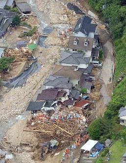 壊れた住宅で捜索にあたる救助隊員ら=広島市安芸区で2018年7月9日午前10時34分、本社ヘリから猪飼健史撮影