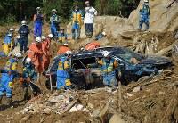 土砂崩れで住宅が流された現場で続く捜索活動=広島県熊野町で2018年7月9日午後4時36分、手塚耕一郎撮影
