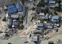 川が氾濫し倒壊した家屋=岡山県倉敷市真備町地区で2018年7月9日午前9時2分、本社ヘリから猪飼健史撮影