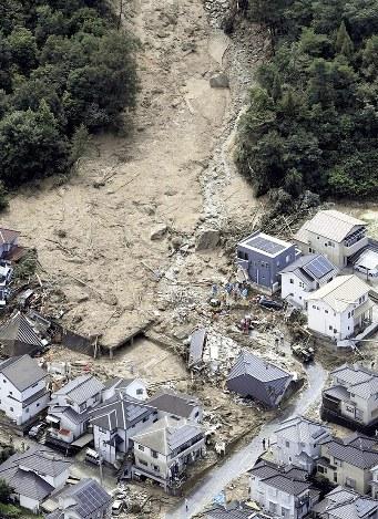 土砂が流れ込んだ住宅地で捜索活動する救助隊員ら=広島県熊野町で2018年7月9日午前9時57分、本社ヘリから