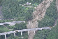 The Kochi Expressway, some of whose supporting piles collapsed after being hit by a landslide, is seen in this photo taken from a Mainichi Shimbun helicopter in Otoyo, Kochi Prefecture, on July 8, 2018. (Mainichi)