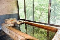 天然ひのき風呂に入りながら野栗沢川の絶景を眺めることができる=すりばち荘で2018年6月8日午前11時33分、菊池陽南子撮影