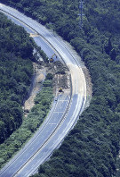 A landslide is seen on the Sanyo Expressway from a Mainichi Shimbun helicopter in the city of Higashihiroshima, Hiroshima Prefecture, on July 9, 2018. (Mainichi)
