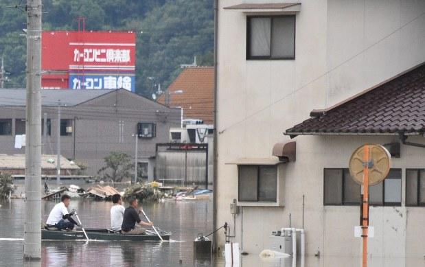 【西日本豪雨】「見捨てたりしない」 男性ら、名乗ることもなくボートで救助にあたる ->画像>16枚