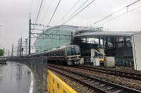 事故現場のマンションは一部を残して追悼施設になっている=兵庫県尼崎市で2018年4月、松本創さん撮影