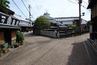 鉄屋橋を左へとり、紀州(伊勢)街道は和歌山県橋本市へと向かう=奈良県五條市五條で