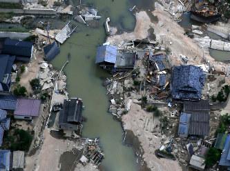 水が引き、地面が見え始めた真備町地区=岡山県倉敷市で10日午前10時14分、本社ヘリから小出洋平撮影