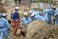 大規模な土砂崩れ現場で安否不明者を捜索する消防隊員=広島県熊野町で2018年7月11日午前11時12分、藤井達也撮影