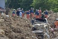 安否不明者を捜索する消防隊員たち=広島県熊野町で2018年7月11日午前9時8分、藤井達也撮影