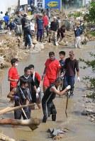 土砂崩れにより、自宅近くで行方不明になっている18歳男性を捜索するため、呼びかけに集まった大勢のボランティア=広島市安芸区矢野東で2018年7月11日午前9時24分、手塚耕一郎撮影