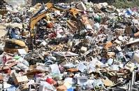 肱川の氾濫により被災した人たちが持ち込んだ大量のゴミ=愛媛県西予市で2018年7月11日午前9時54分、山崎一輝撮影