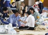 避難所を訪れ、被災者の話を聞く安倍晋三首相(左から2人目)=岡山県倉敷市で2018年7月11日午後0時50分(代表撮影)