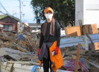 土砂崩れにより、自宅近くで行方不明になっている植木将太朗さん(18)の母・富士子さん(45)。「早く見つけてあげたい」と、知人やボランティア、自衛隊などの力も借りて、息子を探し続けている=広島市安芸区矢野東で2018年7月11日午前7時38分、手塚耕一郎撮影