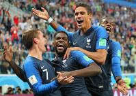 【フランス-ベルギー】後半、フランスのウンティティ(左から2人目)が先制ゴールを決めてチームメートに祝福される=ロシア・サンクトペテルブルクで2018年7月10日、長谷川直亮撮影