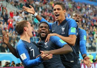 【フランス-ベルギー】後半、フランスのウンティティ(左から2人目)が先制ゴールを決めてチームメートに祝福される=ロシア・サンクトペテルブルクで2018年7