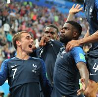 【フランス-ベルギー】後半、フランスのウンティティ(右)が先制ゴールを決めてチームメートに祝福される=ロシア・サンクトペテルブルクで2018年7月10日、長谷川直亮撮影