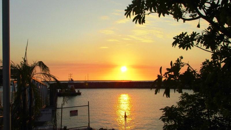 ダーウィン市街北西部のマリーナに沈む壮絶な夕日(写真は筆者撮影)